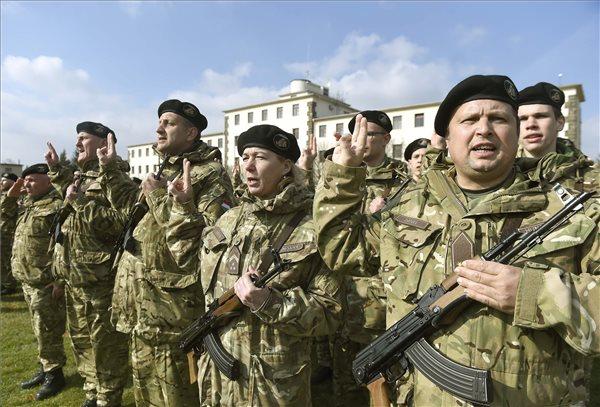 700 katona eskütételétől volt hangos a város, a miniszter is ott volt
