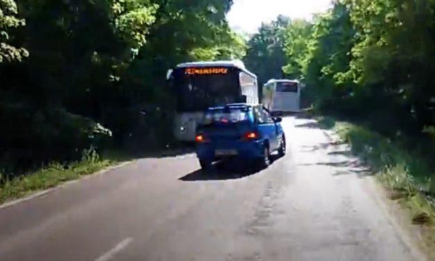 Majdnem telibe csapott egy buszt az előzésével a nap idiótája Budakeszinél – VIDEÓ