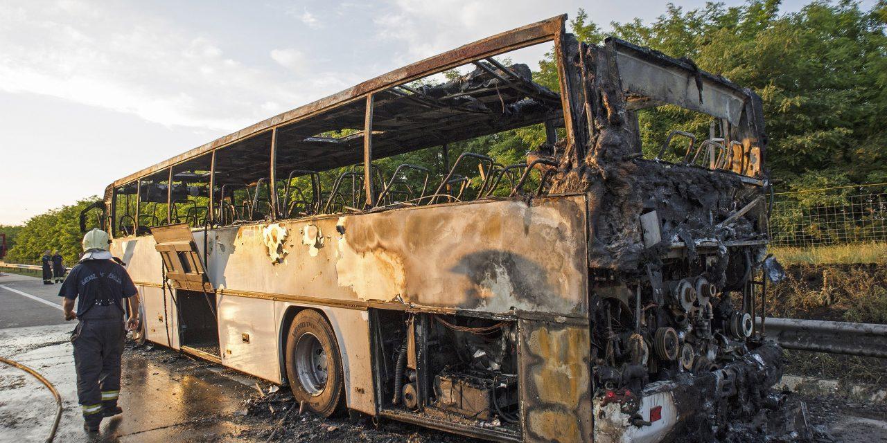 Kigyulladt egy autóbusz az M5-ösön