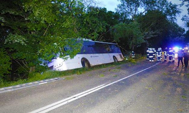 Zsámbékés Páty között árokba sodródott a menetrendszerinti busz, 11 utas megsérült