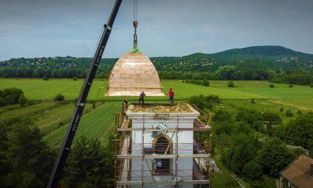 Látványos felvételek! Új tornyot kapott a szigetmonostori templom