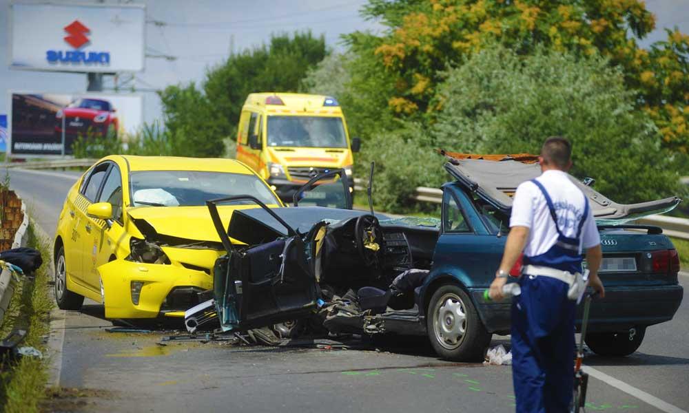 Csúnyán összeütközött egy Taxi és egy autó a ferihegyi gyorsforgalmin