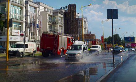 Két autó ütközött, ömlik a víz, teljesen beállt az M1-M7 bevezető