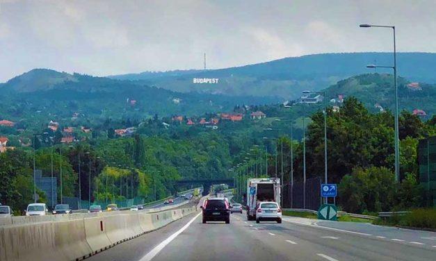 Hollywoodra hajazó Budapest felirat jelent meg a budaörsi hegyeken