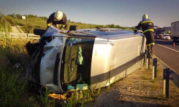Hajnali baleset az M0-áson, árokba csapódott egy kisbusz
