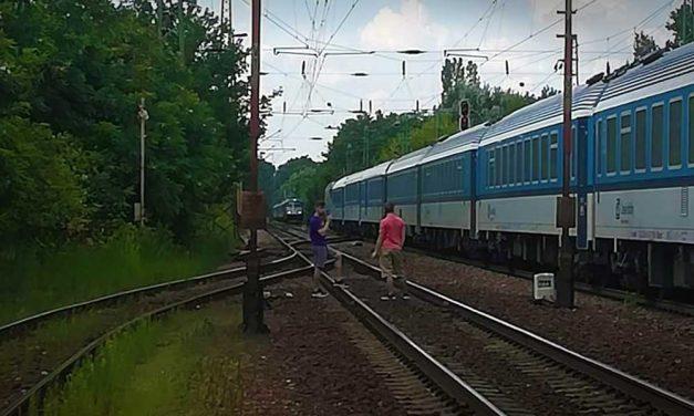 Egymással szemben állt meg két vonat Gödnél, majdnem katasztrófa történt!