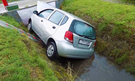 Árokba borult egy autó, a tűzoltóknak kellett kimenteni a sofőrt