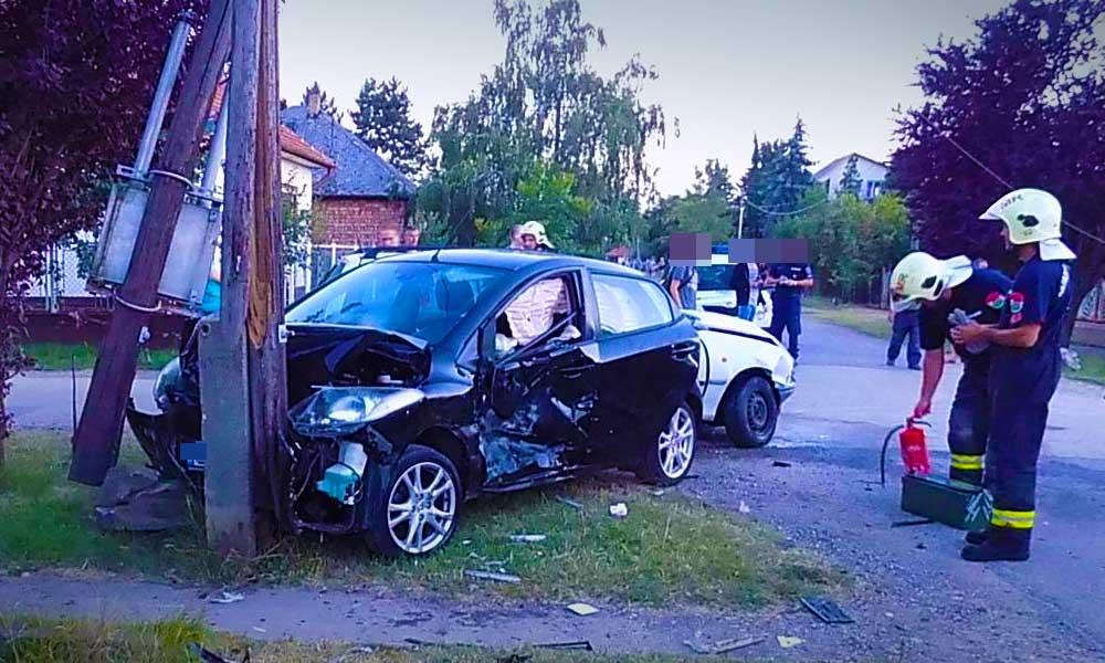 Villanyoszlopnak csapódott az autó, kórházban vannak a sérültek