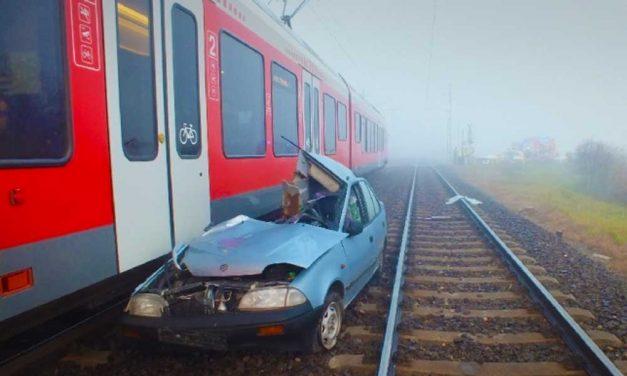 Elakadt az átjáróban, majd jött a vonat. Csúnya lett a vége!