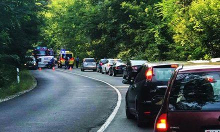 Feszítővágóval kellett mentei a 2-es úton, két kiskorú is súlyosan megsérült