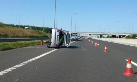 Ezt hogy csinálta? A nyílegyenes autópályán az oldalára borult egy autó – friss fotók!