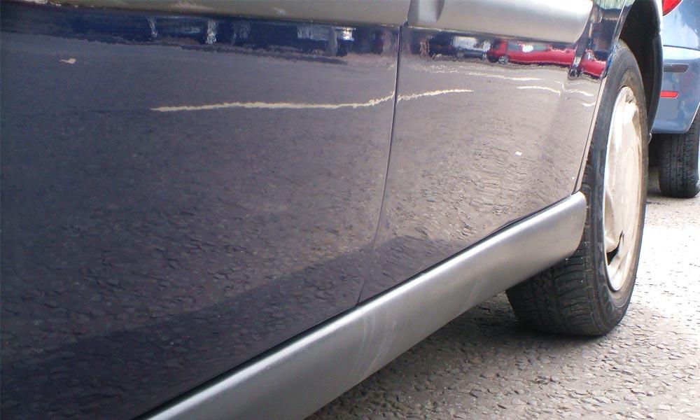 Csúnyán elbánt a belvárosban parkoló autókkal a drogos férfi