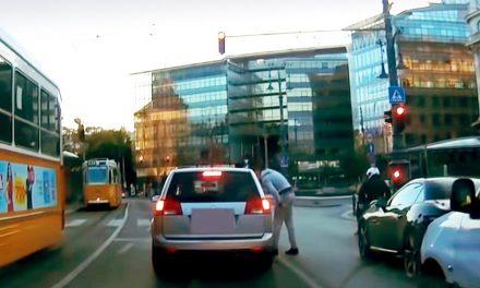Videó a tahó pesti taxisról, aki köpött és ütni kezdett egy másik autót