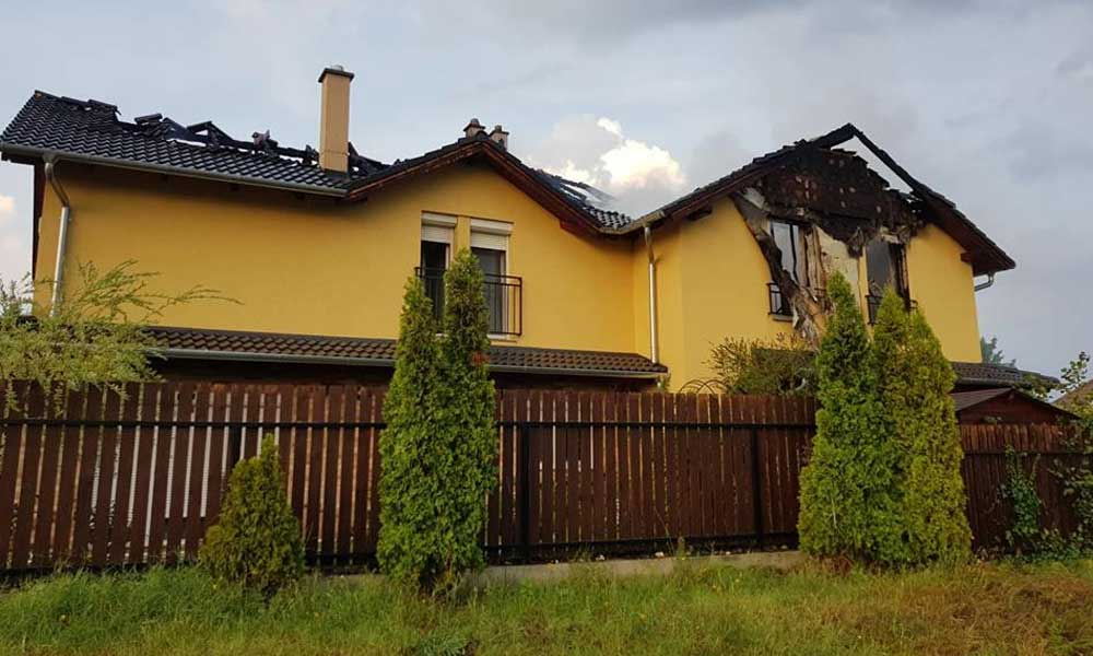 Villámcsapás miatt leégett társasház, elöntött utcák Dunakeszin