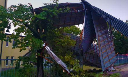Ez durva! Elvitte az érdi iskola bejáratának tetejét a keddi vihar!