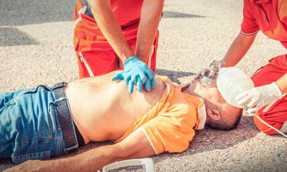 Leálltak az életfunkciói, a rendőr mégis életben tudta tartani a földön fekvő férfit