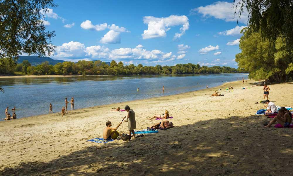 Bajban vannak a hajósok, örülnek a strandolók! Ilyen alacsony most a Duna – Friss fotók!