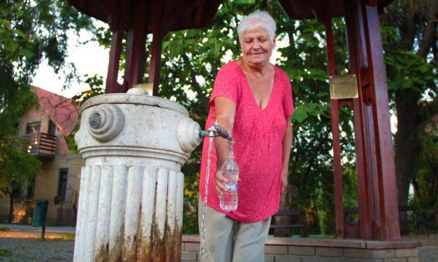 """Margit néni szerint """"valóságos gyógyír"""" a gyömrői Artézi kút vize!"""