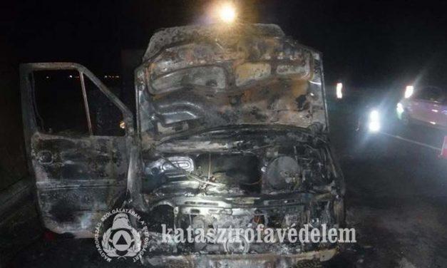 Lángoló kisteherautót oltottak az M0-áson