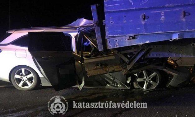 Csúnyán a teherautó platója alá gyűrődött egy autó az M3-ason