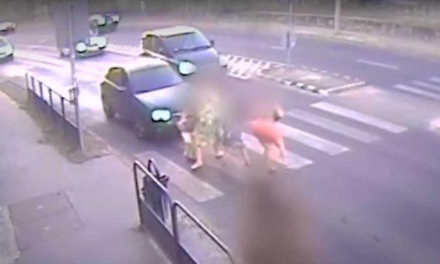 Durva videó! Halomra gázolta egy autó a gyalogosokat Szentendrén (18+)