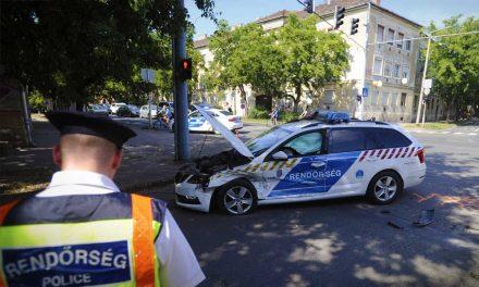 Összetört rendőrautó Vácon