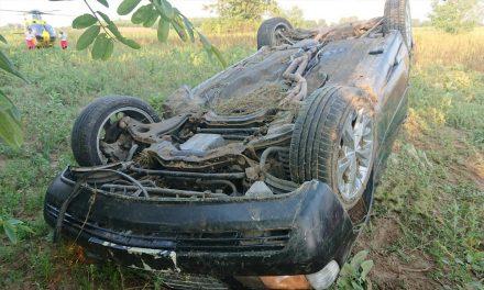 Hiába érkezett a mentőhelikopter, meghalt a felborult autó alá szorult a sofőr