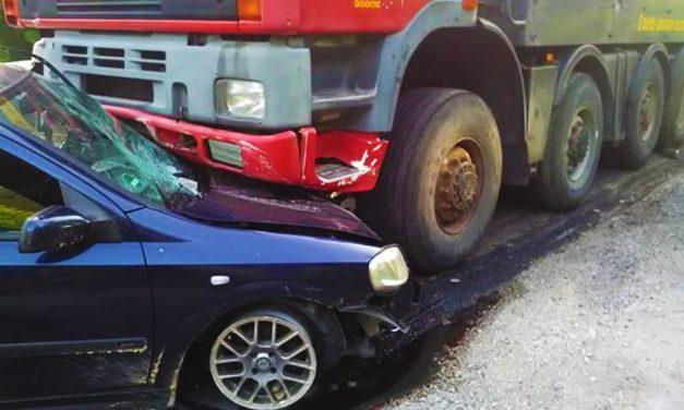 Szalagkorlátnak csapódott egy kamion az M1-es kivezetőn