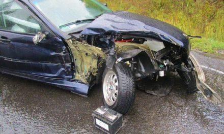 Megpördült és egy kamionnak csapódott a BMW a 2-es úton