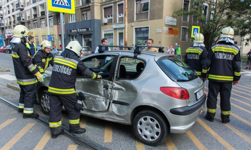 Ilyen az, amikor a kis Peugeot elkapja a villamos – Fotók!