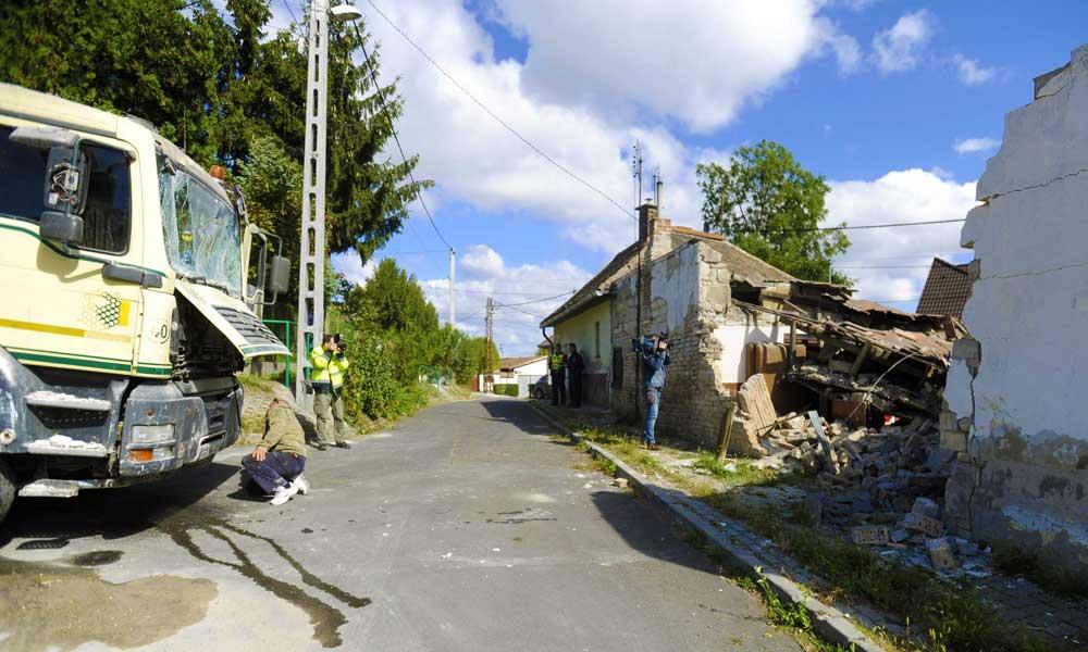 Vendégségbe ment a betonkeverő autó, összedőlt a ház