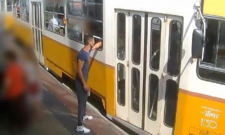 A sunyi tolvaj a villamoson! Nagyon figyelj, ha tömegközlekedsz a városban! – VIDEÓ