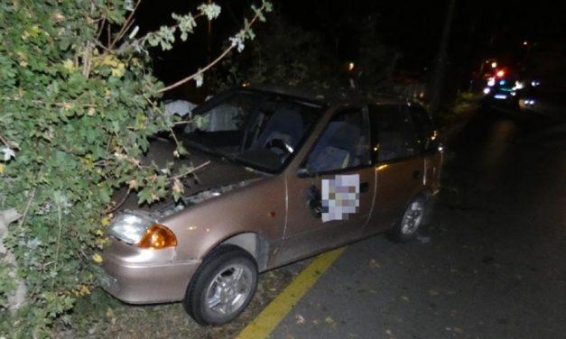 Pizzafutártól lopott autóval csapódott egy betonkerítésnek, hat elfogatóparancs volt ellene!