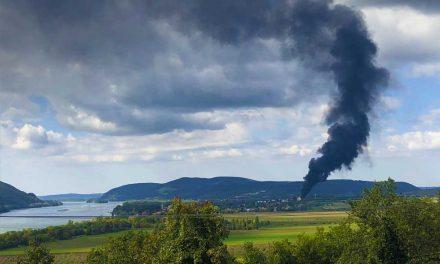 Fekete füst gomolyog a Dunakanyarban, ég a Szobi léüzem