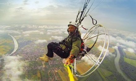 Felhők szárnyán bringával! Gyógyító ereje van a repülésnek a gödöllői siklóernyős szerint