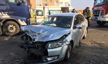 Súlyos baleset Dunaharaszti közelében, teherautó ütközött autóval