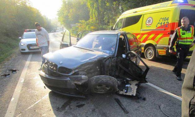 Csúnyán kifordult a BMW kereke, roncsba szorult egy ember a 2-es főúton