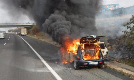 Így néz ki egy amerikai autó, amikor kiég az M1-esen – Fotók