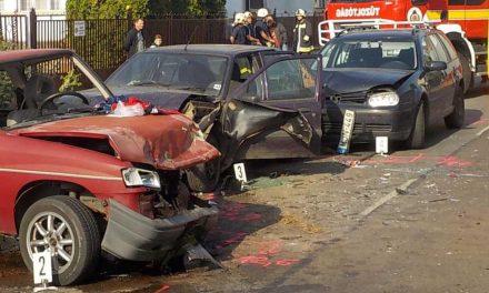 Családi házba csapódott egy autó Dunakeszin
