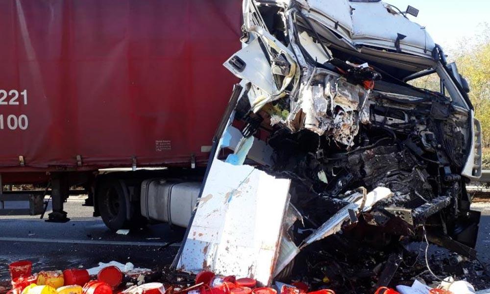 Meghalt a roncsba szorult ember, három karambol is történt az M5-ösön