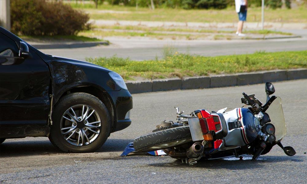 Idegesítette a motoros, ezért szándékosan hajtott neki autójával a férfi