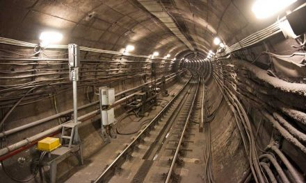 Leállították a metrót, egy ember besétált az alagútba a sínek közé