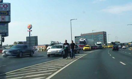 Óriási dugó a Ferihegyi gyorsforgalmin: gyalog indultak az emberek a reptér felé – Videó!