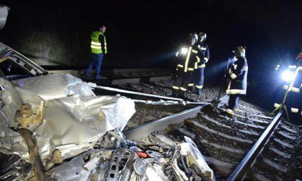 Csúnyán bedarálta a vonat a Toyotát Dunakeszinél