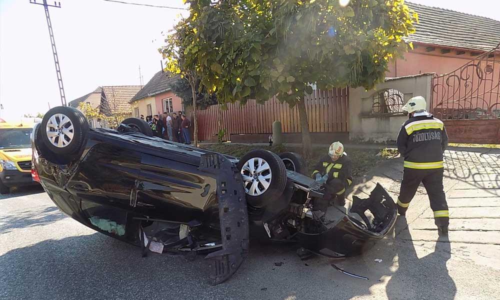 Nagy csattanás: két autó ütközött Gyömrőn, az egyik teljesen felborult