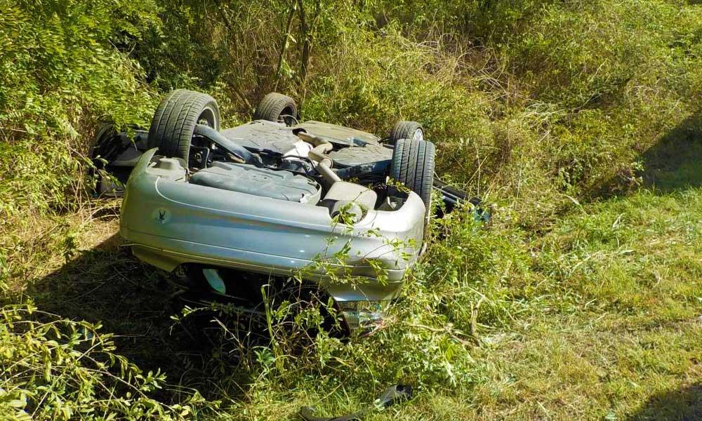 Árokba sodródott egy autó, a sofőr a roncsba szorult