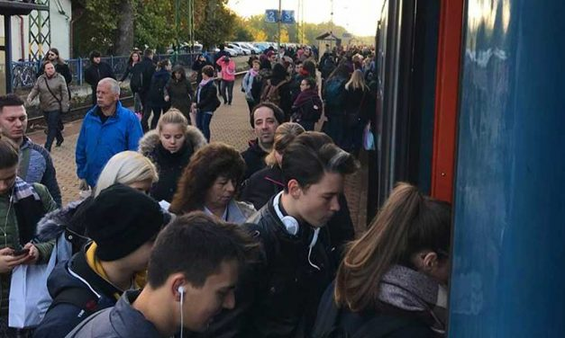Óriási tömeg a monori vasútállomáson, sokat késnek a reggeli vonatok