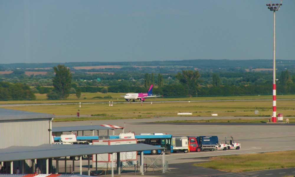 Szégyenteljes repülőtér! Ismét csomagokat feszíthettek fel