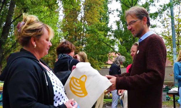 Vászontáskát osztogatott a piacon a szentendrei polgármester