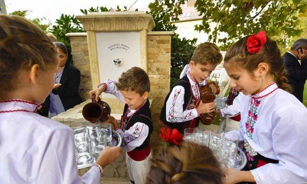 Nekik köszönhetjük a padlizsánt, most ivókutat avattak a tiszteletükre